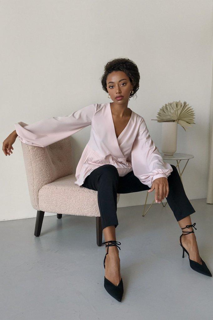 Блуза на запах с плиссировкой пудровая - THE LACE