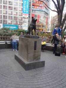This is a well-known spot for meet-ups. There are always, ALWAYS , people around the statue.