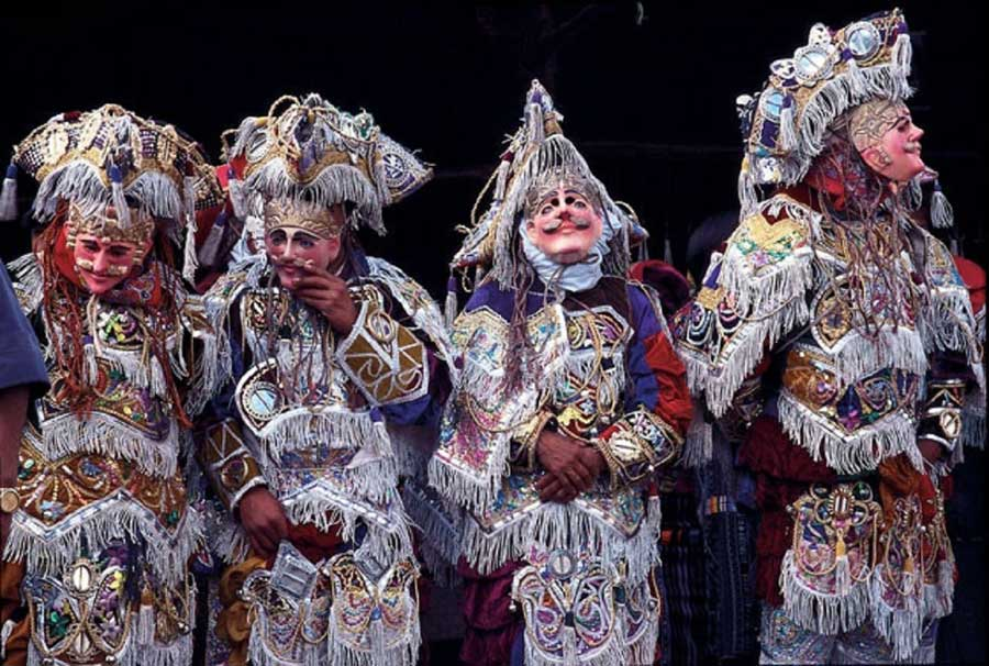 Laguna-Lodge-folklore-dancers