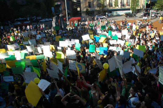 The crowd made posters and sang the national anthem of Brazil  | Photo: Daniel Porto
