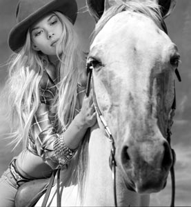 277_horse_bandidas_leaning_
