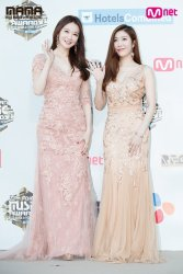 DAVICHI, winners of the Best Vocal Performance Group on the red capet at the 2016 MAMAs. Credit: https://www.soompi.com/2016/12/02/stars-walk-red-carpet-2016-mnet-asian-music-awards-mama/