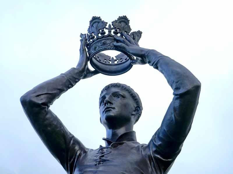 boy wearing crown statue