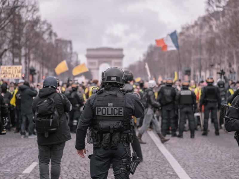 man wearing black vest near crowded people