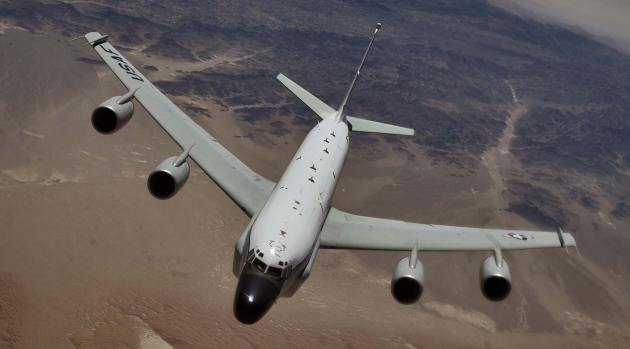 A US Air Force RC-135 Rivet Joint reconnaissance aircraft moves into position behind a KC-135T/R Stratotanker for an aerial refueling at a speed greater than 250 knots over Southwest Asia. Photo: US Department of Defense