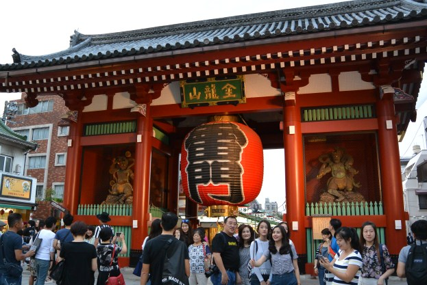 """Entrance to the temple is the Kaminarimon or """"Thunder Gate"""". (I just discovered that selfie family...)"""