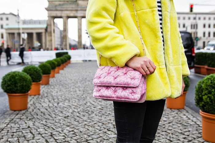 Mixing-It-Up-Fashionblogger-New-Post-Munich-Streetstyle-Berlin-Fashion-Week-Colour-Fake-Fur_4