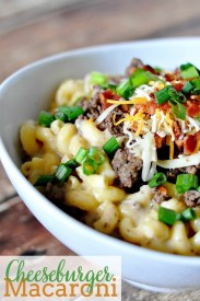 Do you love grown up mac and cheese recipes?! They are my ultimate comfort food, like this Cheeseburger Macaroni for example! It's the perfect family friendly dinner idea! | The Love Nerds