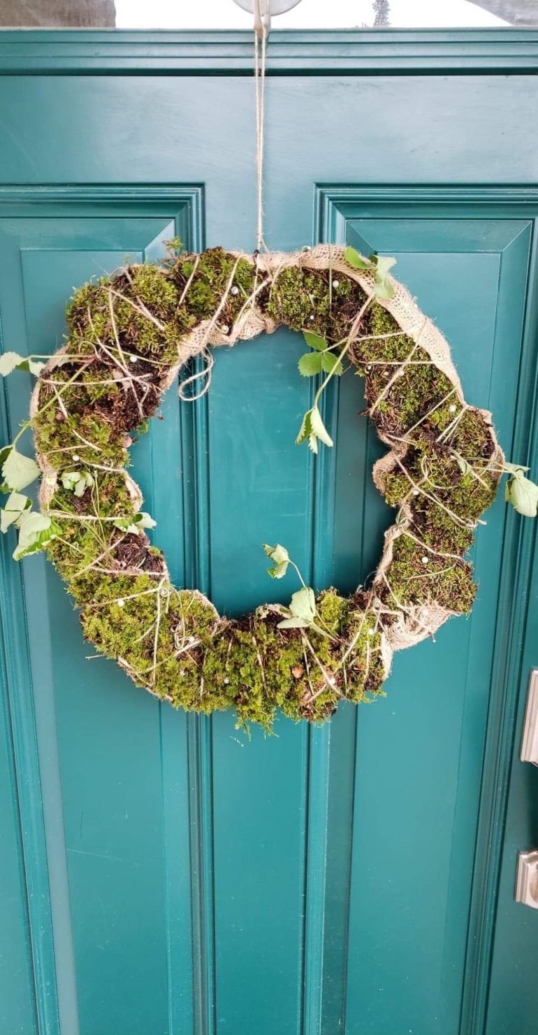 How to make a living wreath out of moss and strawberry plants | Luxuriously Thrifty
