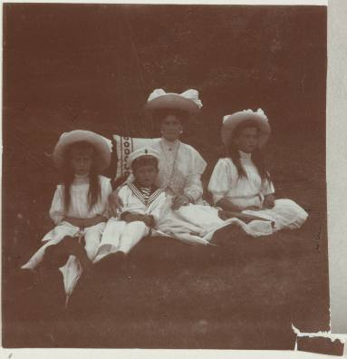 Photography from the private archive of the Romanovs family-Lujon Magazine51