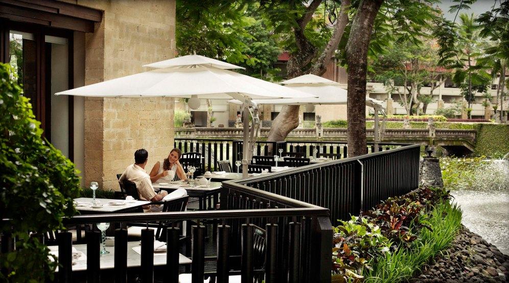 3_club-lounge-terrace