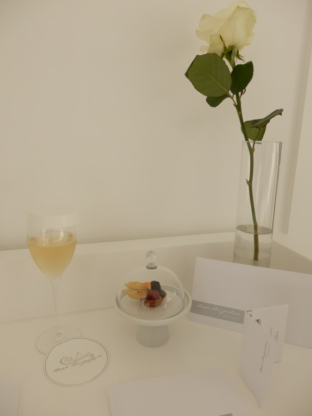 BEDROOM: WELCOME DRINK AND AMUSE-BOUCHE