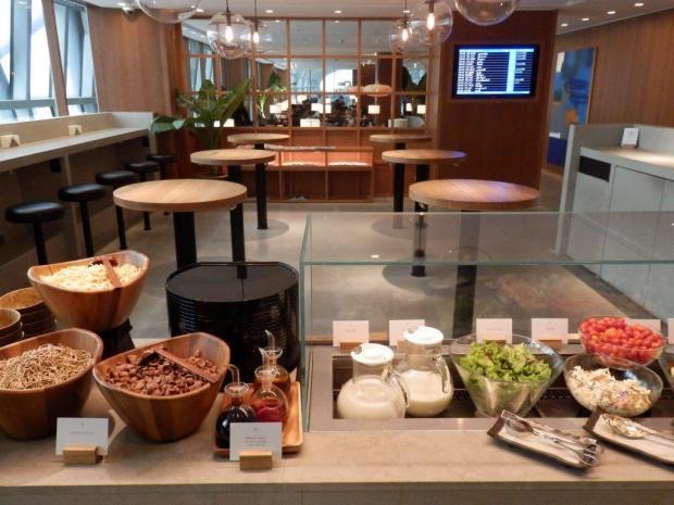 CATHAY PACIFIC LOUNGE AT BANGKOK AIRPORT: FOOD BAR