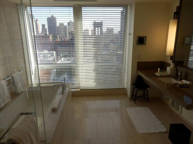 EMPIRE STATE VIEW SUITE: BATHROOM