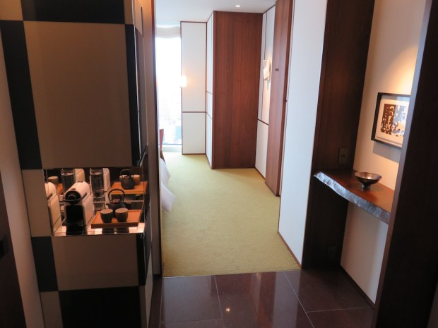 ANDAZ BAY VIEW TWIN ROOM: ENTRANCE