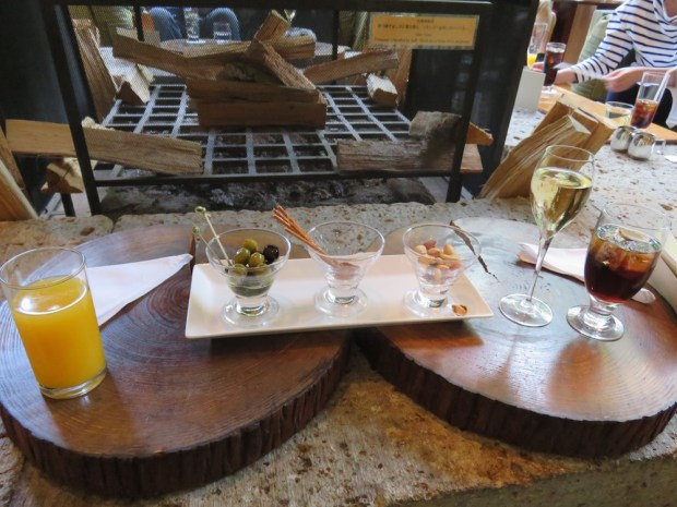 THE LIVING ROOM: HAPPY HOUR DRINKS