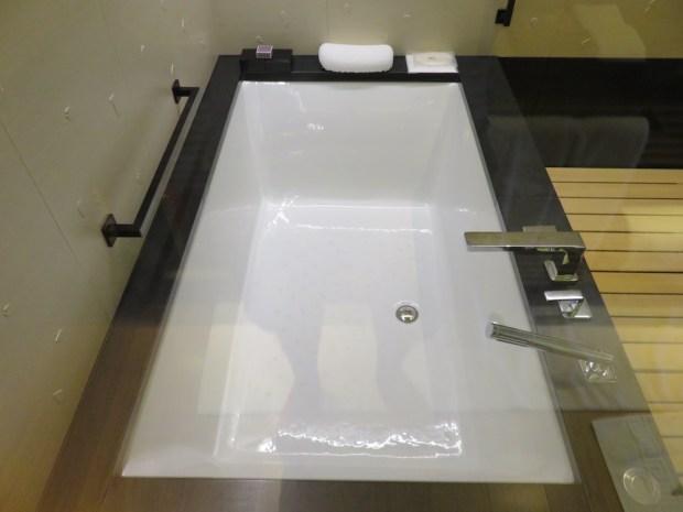 LUXURY ROOM: BATHROOM