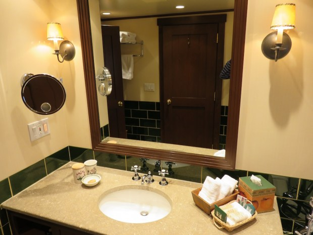 SUITE: BATHROOM 1