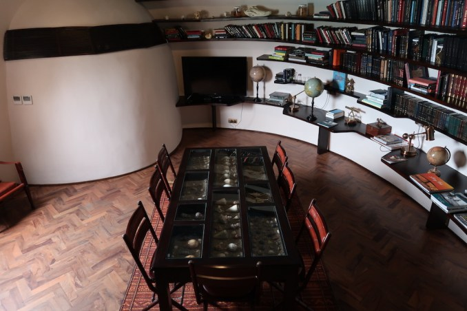 WILD COAST TENTED LODGE: LIBRARY
