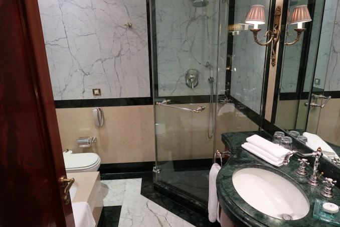HOTEL GRANDE BRETAGNE: DELUXE ROOM - BATHROOM