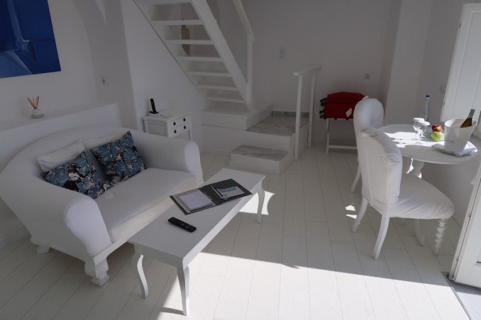 CANAVES OIA SUITES: SUPERIOR SUITE - LIVING ROOM
