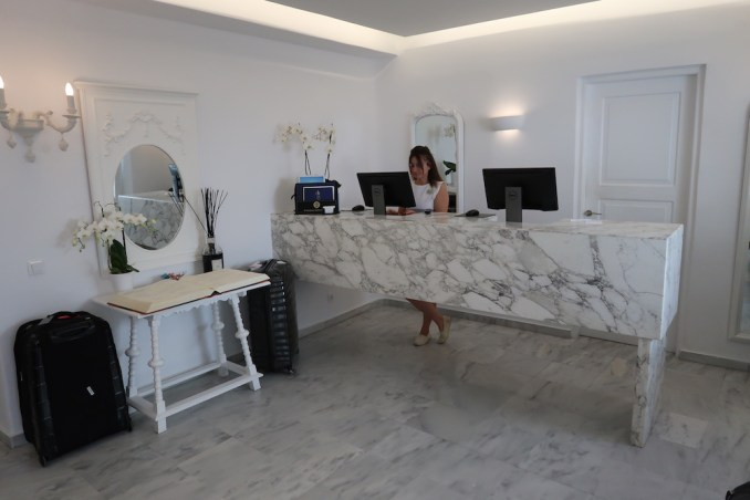 CANAVES OIA SUITES: RECEPTION