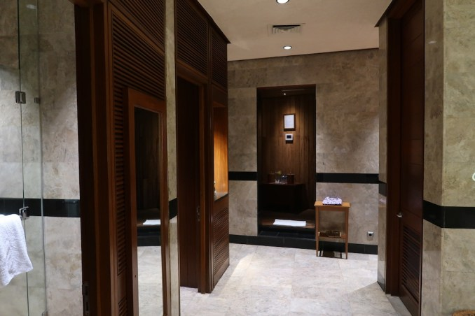 FOUR SEASONS SAYAN: SPA - LOCKER ROOM