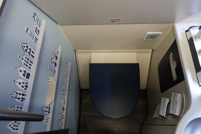 KLM A330 BUSINESS CLASS: LAVATORY