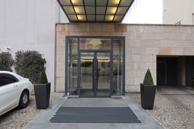 MANDARIN ORIENTAL PRAGUE - ENTRANCE TO LOBBY