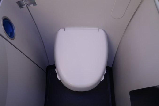 AVIANCA B787 BUSINESS CLASS: LAVATORY