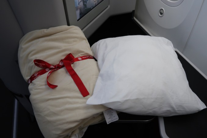 AVIANCA B787 BUSINESS CLASS: PILLOW & BLANKET