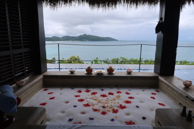 MAIA RESORT SEYCHELLES: VILLA - OUTDOOR BATHTUB