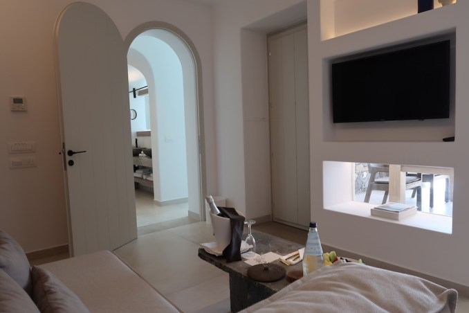 CANAVES OIA EPITOME: TWO BEDROOM VILLA (SITTING AREA)