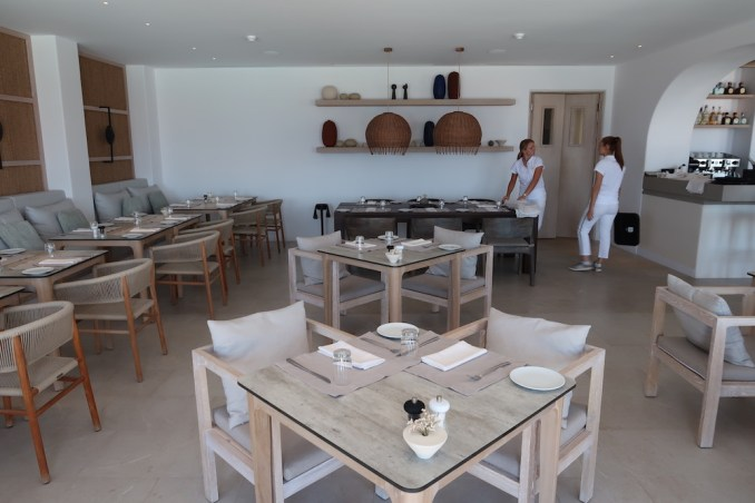 CANAVES OIA EPITOME: DINING ROOM
