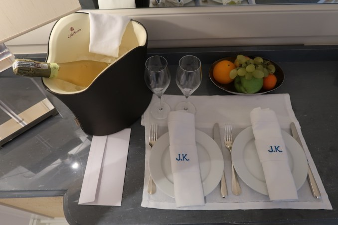 JK PLACE CAPRI: BEDROOM (WELCOME AMENITIES)