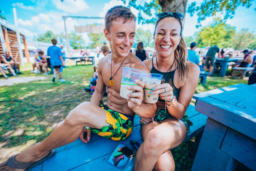 Bonnaroo festival couple
