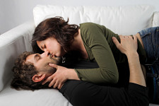 Kissing on the couch © Bowie15 | Dreamstime.com