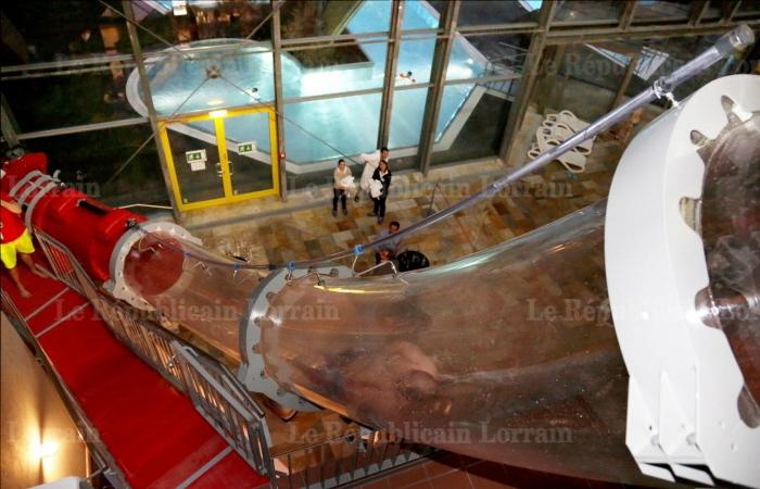 la-particularite-de-l-adrenaloop-est-d-offrir-des-le-depart-un-passage-dans-un-tube-transparent-a-l-interieur-du-parc-aquatique-calypso-photos-philippe-riedinger
