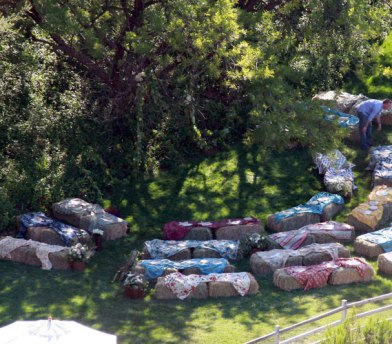 Jerry O'Connell and Rebecca Romijn's guests were seated on quilt-covered hay bales for their wedding