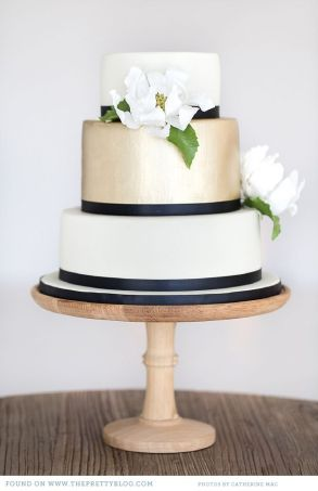Navy and gold wedding cake {via theprettyblog.com}