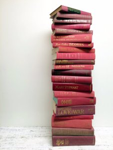 Burgundy and pink books as centrepieces - www.etsy.com/shop/beachbabyblues