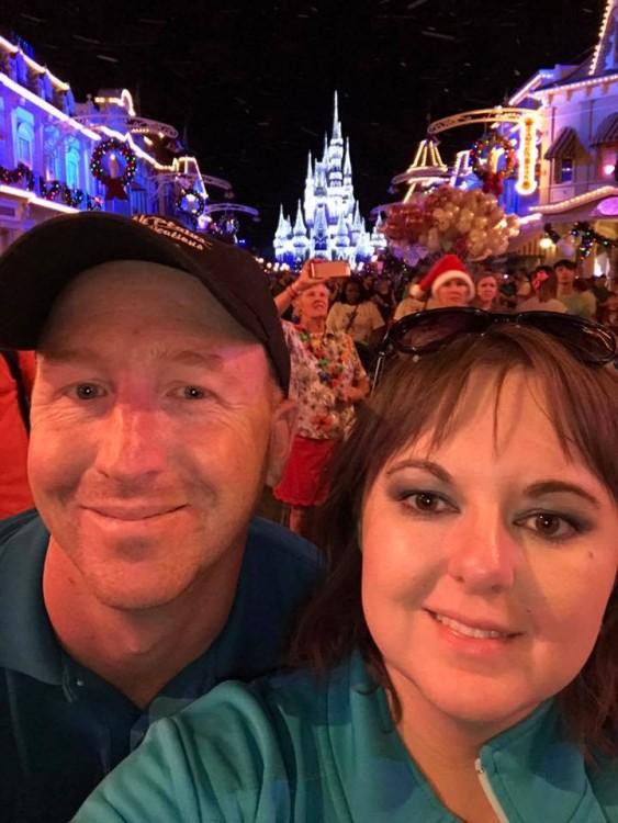 hombre y mujer en Disneyland