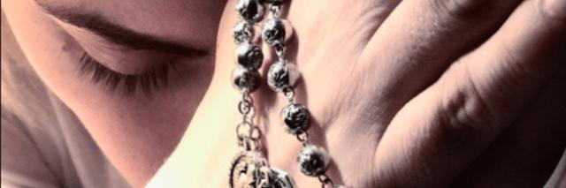 lady gaga tenant des perles de chapelet