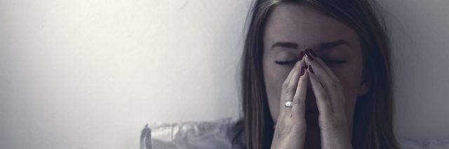 Une femme avec douleur au lit.
