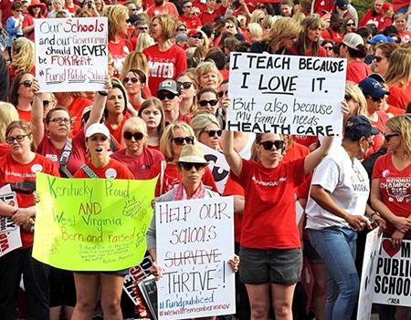 Protesta en Frankfort, Kentucky, 13 de abril. Como en otras áreas, la lucha de maestros está tomando carácter de movimiento social amplio, ejemplo para crear movimiento obrero combativo.