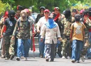 Turbas Orteguistas con morteros y armas se disponen a atacar protesta antigubernamental en Managua, el 21 de abril. La represión ha aumentado la oposición de trabajadores al gobierno.