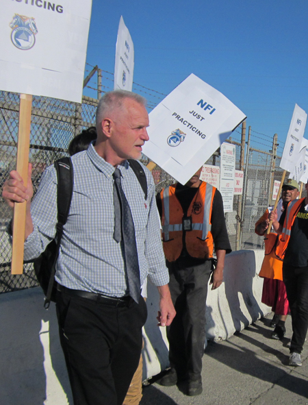 Dennis Richter, SWP candidate for U.S. Senate in California, joins Nov. 5 picket line by workers fighting for Teamster union recognition at ports of Los Angeles and Long Beach.