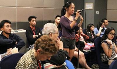 Fredda Ruth Rosete toma la palabra durante el debate.