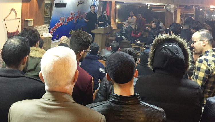 """Arriba, animada lectura de poesía en el café cultural Qantara en el este de Mosul el 30 de noviembre, una de muchas actividades prohibidas bajo el Estado Islámico que están volviendo a la ciudad. Derecha, Hussein Abbas Ahmed, maestro, frente a los restos de su casa en la """"ciudad vieja"""" en el oeste de Mosul, grandes áreas del cual fueron destruidas durante la lucha contra ISIS, incluyendo durante los ataques aéreos indiscriminados de Washington."""