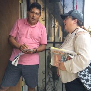 """Miembro del PST Laura Garza, der., habla con Teamster Alberto Alvarenga en la puerta de su casa en Los Angeles, el 8 de agosto. Cuando Garza le explicó las metas del partido y la necesidad de un partido obrero, el dijo, """"Será posible si sigues haciendo lo que estas haciendo""""."""